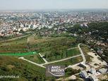 Netradičný stavebný pozemok vo svahu v Bratislave na Ahojke s krásnym výhľadom na downtown