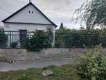 Ponúkame na predaj veľký pozemok s rozlohou 1.117 m2 so starým rodinným domom v pôvodnom stave v krá