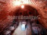 Exkluzívna ponuka - na predaj murovaný viničný domček s originálnou klenbovou  pivnicou a pozemkom n