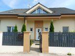 V krásnej tichej slepej ulici Vám ponukáme na predaj viac-generačný kvalitný 7-izbový rodinný dom na