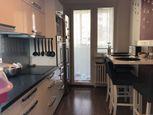 Ponúkame Vám na predaj pekný prerobený 3 izbový byt na Majerníkovej ul. s veľmi dobrým dispozičným r