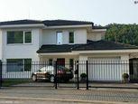 Luxusný rodinný dom s podlahovou plochou 340 m2. dvoma terasami. rozľahlým pozemkom 1.294 m2