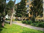 Ponúkame na prenájom 3 izbový byt s balkónom a garážou v centre obce Ivanka pri Dunaji.