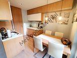 Dizajnový 3 izbový byt s garážovým miestom a zariadením v cene