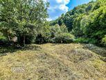BEDES | Pozemok s menšou stavbou a potokom v Chvojnici