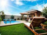 -REZERVOVANÝ-Na predaj 4 izbový rodinný dom s garážou, bazénom, altánkom!