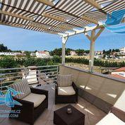 Krásný dům se dvěma byty a krásně upravenou zahradou. Zařízený + jacuzzi na terase! Vrsi