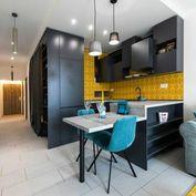 Dizajnový, absolútne jedinečný 1,5 izbový byt s terasou do dvora.
