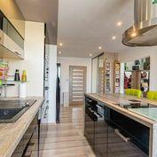 V exkluzívnom zastúpení Vám ponúkame na predaj výnimočný, kompletne zrekonštruovaný dvojizbový byt k