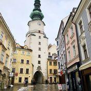 Ponúkame do prenájmu obchodný priestor na pešej zóne, v historickej časti Bratislavy na Michalskej u