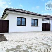 **NA PREDAJ: Samostatne stojaci rodinný bungalov na ul. E. Wiesnera v Malackách!!!
