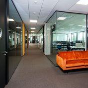142 m2 - 1.NP - Moderné obchodné priestory v budove Poštová 1