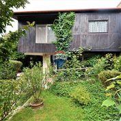 Staršia záhrada s  obývateľnou chatkou