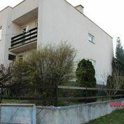 REZERVOVANÉ. Predaj rodinný dom Zvolen-Môťová, 5 izieb, 2 garáže, terasa, záhradka – 397 m2