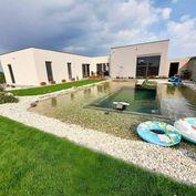 Výnimočný 6 izb. nízkoenergetický designový dom s bio kúpacím jazerom a  s multifunkčným priestorom