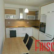 Prenajmeme zariadený 3-izbový byt v novostavbe v Seredi s parkovacím miestom