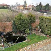 Rodinný dom po rekonštrukcii, slnečná orientácia pekného pozemku, jazierko, veľký strom, tehlové opl