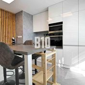 Rezervované - Nadštandardný veľkometrážny 2i byt s balkónom - Novomeského ulica