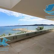 Luxusní apartmán s krásným výhledem na moře v první řadě k moři v Sukosanu nedaleko Zadaru