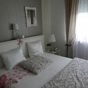 Na predaj veľmi útulný a priestranný 3,5 i byt s loggiou ,pivnica.Hneď pri centre mesta Modra.