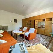 Na predaj tehlový veľký 3-izbový byt s loggiou v centre mesta v Nových Zámkoch
