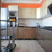Na predaj pekne prerobený, klimatizovaný 3 izbový byt s balkónom v centre mesta