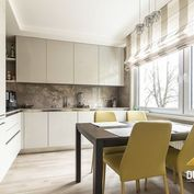 DOM-REALÍT ponúka veľkometrážny 3 izbový  byt v pôvodnom stave  ul. Budovateľská  v Snine