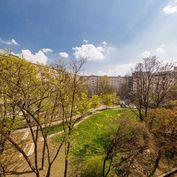 KRÍŽNA, 3i byt, 93 m2 – tehla, MOŽNOSŤ prerobiť na 4 - IZBOVÝ, klimatizácia,  TOP LOKALITA, výborné