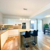 Predáme moderne zariadený 4-izbový byt so záhradou v rodinnom dome v Rovinke