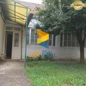 Ponúkame na predaj dom s pozemkom v dobrej lokalite - Jur nad Hronom