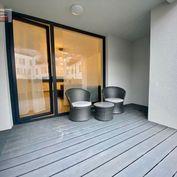 CENTRUM MESTA!! Nadštandartný 2.-izb. kompl. zariadený byt 75m2 + terasa 20m2, 2x šatník, park. mies