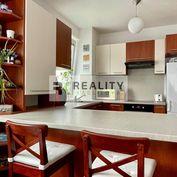 Čiastočne zariadený 3-izbový byt s loggiou, pivnicou a park. miestom v cene