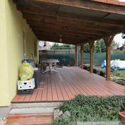 Príjemný rodinný dom s krbom, terasou a záhradným domčekom na malebnom vidieku