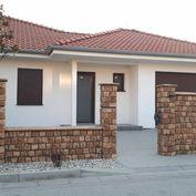 Štvorizbová novostavba  bungalovu – pravá časť dvojdomu v prevedení holodom v lokalite Biely Kostol