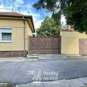 Na predaj starší rodinný dom s veľkým pozemkom a vinicou v Nových Zámkoch