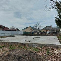 Ponúkame na predaj pozemok v obci Žihárec so základovou platňou
