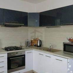 Directreal ponúka Priestranný a veľmi vkusne zrekonštruovaný 3-izbový byt s komorou, zasklenou loggi