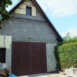 Na predaj rozostavaná stavba r. výstavby 2000, možnosť stavbu dokončiť na bývanie, tichá slepá ulica