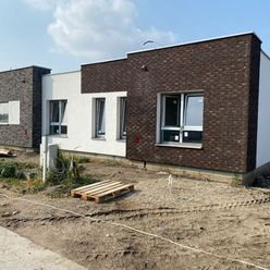 Nadštandardné 3 izbové rodinné domy s krytou terasou, prístrešok, oplotenie a parkovacie miesta v ce