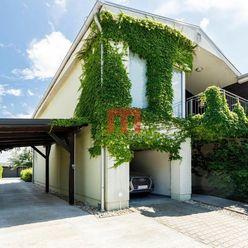Na predaj rodinný dom s garážou na pozemku 553 m2 na začiatku Rovinky