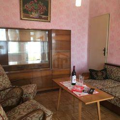 Directreal ponúka 4 izbový rodinný dom priamo v strede obce Dvory nad Žitavou.
