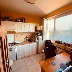 Predám 1 izb. byt v KE - Bernolákova ul., 36 m2 + loggia, pôvodný stav.