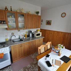 Predaj priestranný 3. izbový byt /82m2/ v Nitre na Klokočine, čiastočná rekonštrukcia, balkón, vyhľa
