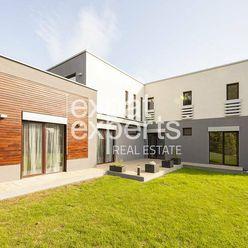 Priestranný rodinný dom, 250 m2, záhrada, bazén, dvojgaráž, Malinovo