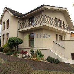 Na predaj: Trojpodlažný rodinný dom, dvoj-garáž, bazén- Pereš