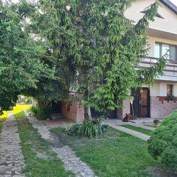Directreal ponúka Poschodový rodinný dom s garážou a pozemkom 863 m2 v tichej časti obce.
