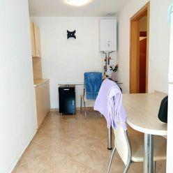 Na prenájom zariadený 2-izbový byt v Ružinove s parkovacím miestom