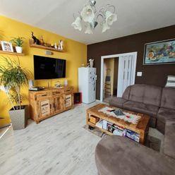 Veľký 3 izbový stredový byt, mesačné náklady 70,- €/2 osoby,  kompletná rekonštrukcia, lodžia, takme