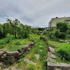 Predáme rodinný dom s priestranným pozemkom v centre mesta Nitra