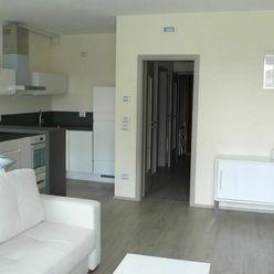 NA PREDAJ : Novostavba -Veľký, priestranný , zariadený 1  izbový byt priamo  v centre mesta.